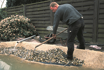 stavba jazierka - tvarovanie brehov