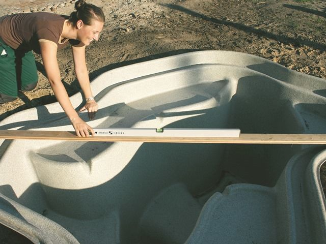 vloženie plastového jazierka do zeme